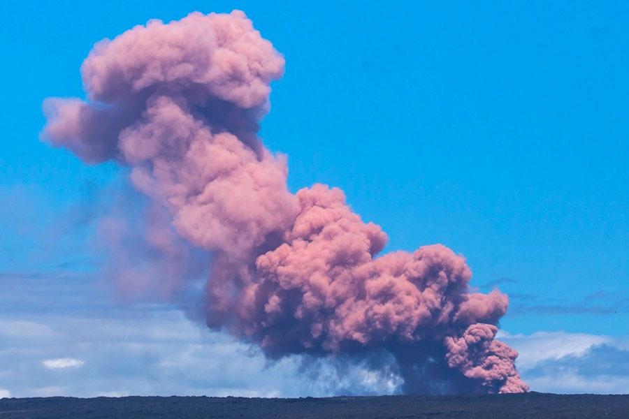 夏威夷奇勞亞(Kilauea)火山於當地時間周四(3日)發生噴發,火山口噴出大量的粉紅色熔岩。(AFP PHOTO/HANDOUT/Janice Wei)