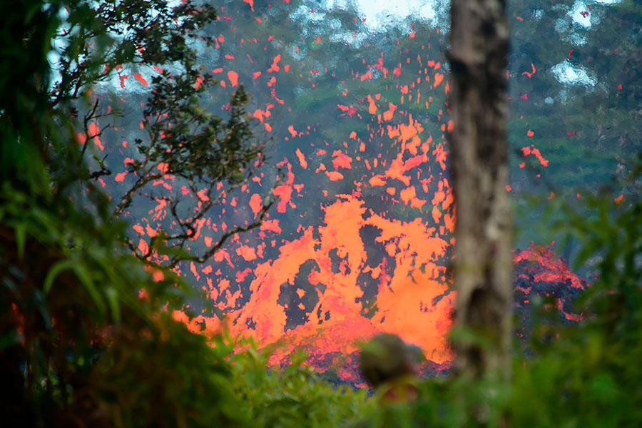 夏威夷奇勞亞火山於當地時間周四發生噴發,熔岩流入街道並燒毀民宅,周五又發生了黎克特制6.9級的地震。(FREDERIC J. BROWN/AFP/Getty Images)