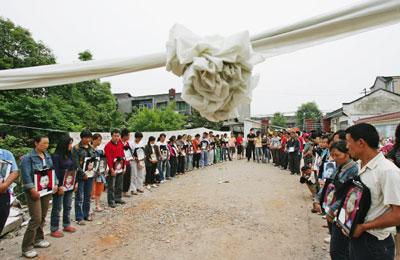 在中共貪污腐敗的體制下,去年五一二川震的豆腐渣工程造成無數孩童的生命被奪走。死難學童父母請願懲罰豆腐渣工程責任人。(Getty Images)