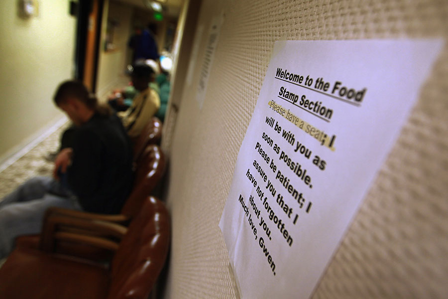 金里奇博士指出,奧巴馬政府養懶漢的政策使福利領取者登記率保持在歷史最高水平。圖為佛羅里達州一處食品券領取點。(Joe Raedle/Getty Images)