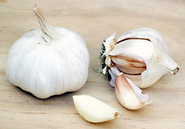 大蒜的生長過程中也用有危害的殺虫劑。(維基百科公共領域)