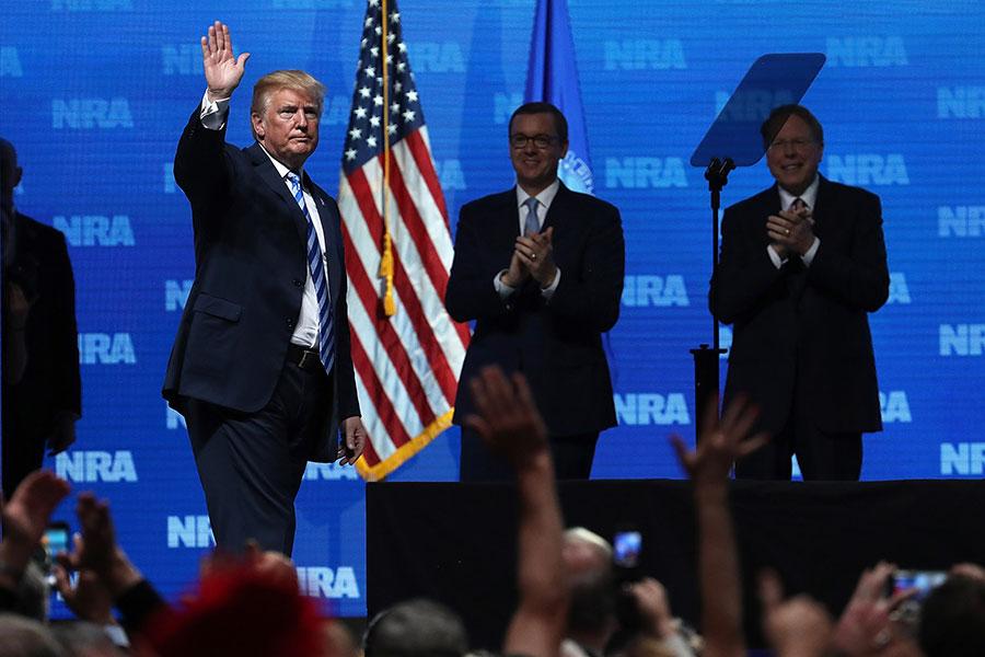 美國總統特朗普周五(4日)出席全美步槍協會(NRA)年會並致辭。他說,只要他做總統,美國人擁有槍枝的權利就不會改變,因為美國的價值觀相信人民和他們的智慧。(Justin Sullivan/Getty Images)