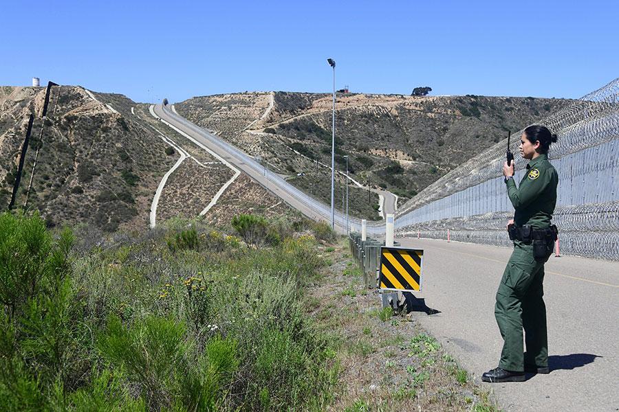 一名正在美墨邊境執勤的美國邊境巡邏員。(FREDERIC J. BROWN/AFP/Getty Images)