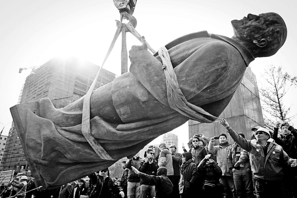 2012年10月14日,蒙古首都烏蘭巴托市拆掉了城市街頭最後一尊列寧塑像。(Byambasuren Byamba-Ochir / AFP)