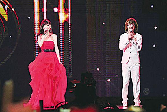 事隔近20年,周慧敏與林隆璇2015年在台灣除夕特別節目中同台,再度獻唱經典歌曲《流言》。(台視提供)
