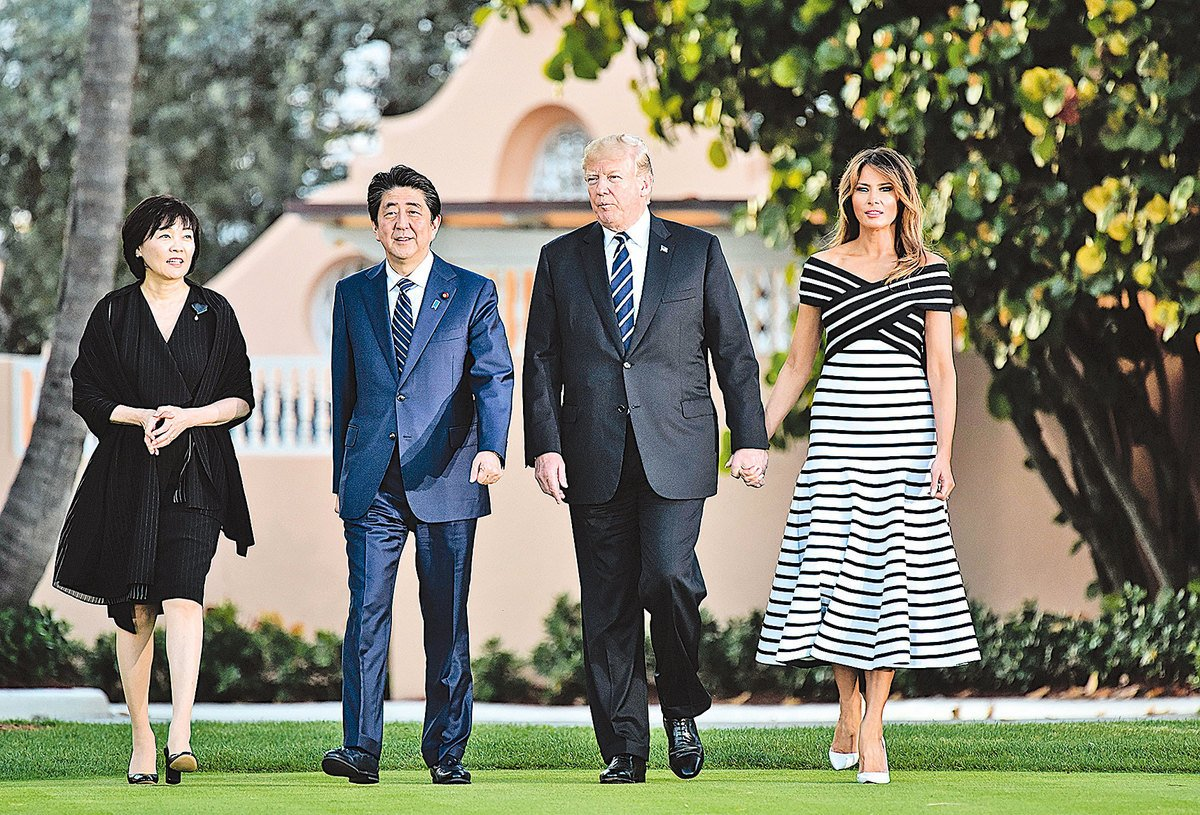 圖為美國總統特朗普夫婦和日本首相安倍夫婦4月中在佛羅里達的海湖莊園散步。安倍與特朗普討論的話題,除了北韓核武,還有美國能否再度加入TPP。(Getty Images)