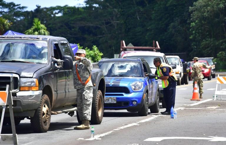 當局檢查臨時返家人員的證件。(AFP PHOTO/Frederic J. BROWN)