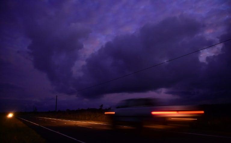 5月6日,帕霍亞鎮附近的Leilani Estates區熔岩持續噴出,並釋放有毒氣體。(AFP PHOTO/Frederic J. BROWN)