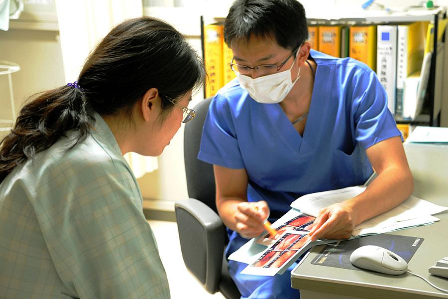 日本政府近日宣佈,將增加對外國勞工的招聘數量,以緩解國內缺工,特別是餐飲、建築和醫療護理業的勞工短缺問題。同時,日本還將繼續對外國人的入籍歸化做嚴格管控。圖為在日本一家診所就醫的病患。(TOSHIFUMI KITAMURA/AFP/Getty Images)