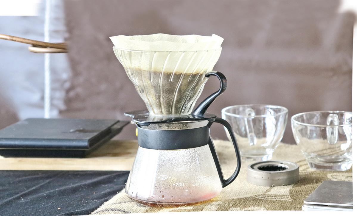熱水注入濾杯之前,可以先用熱水沖洗一下濾紙,然後倒去沖洗過的熱水。