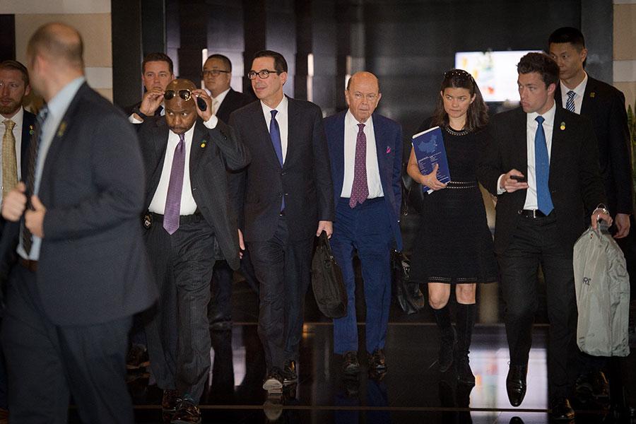 圖為中美首輪貿易談判中的美方代表財政部長姆欽(圖中左一)以及商務部長羅斯(圖中右一)。(NICOLAS ASFOURI/AFP/Getty Images)