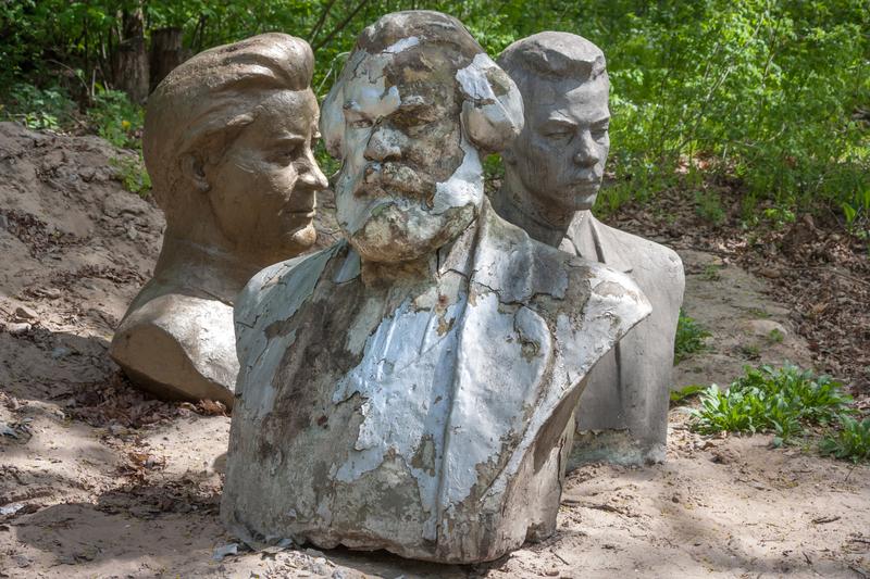 在烏克蘭的去共產化當中,馬克思和其他共產主義者的雕像,被扔棄在樹林中的垃圾場。(rustamank / Shutterstock)