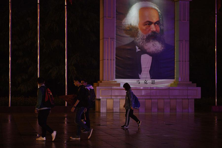 本月,中共高調慶祝馬克思誕辰200周年。該運動是要求黨內效忠的一個方式,也是勸說中國人相信共產黨政府的一個方式。(GREG BAKER/AFP/Getty Images)