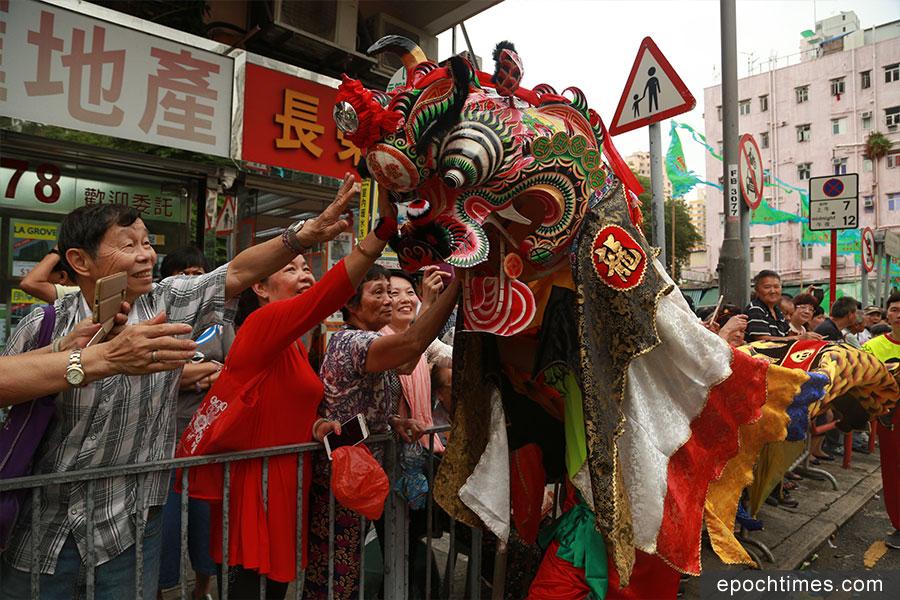 元朗十八鄉天后誕會景巡遊有舞龍舞獅舞麒麟等,吸引市民遊客圍觀。(陳仲明/大紀元)