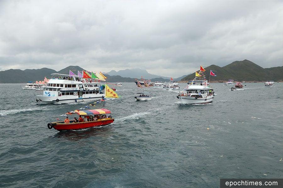 40多艘漁船早上擇吉時出巡,浩浩蕩蕩向大海出發,至午後駛回港內,把天后像迎回天后宮。(陳仲明/大紀元)