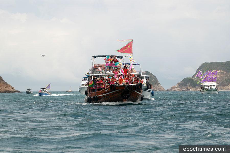 糧船灣村民請天后龍轎登船,40多艘漁船擇吉時巡遊。(陳仲明/大紀元)