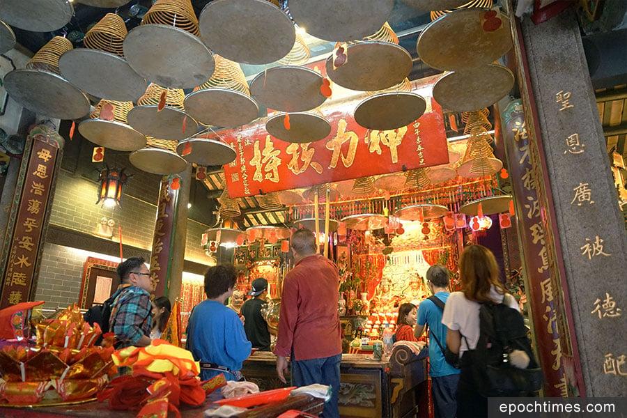 市民到香港最古老的西貢大廟灣天后廟上香。(曾蓮/大紀元)