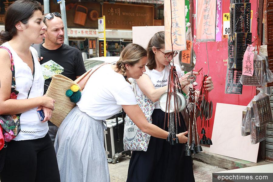 外國遊客也對秤感興趣。(陳仲明/大紀元)