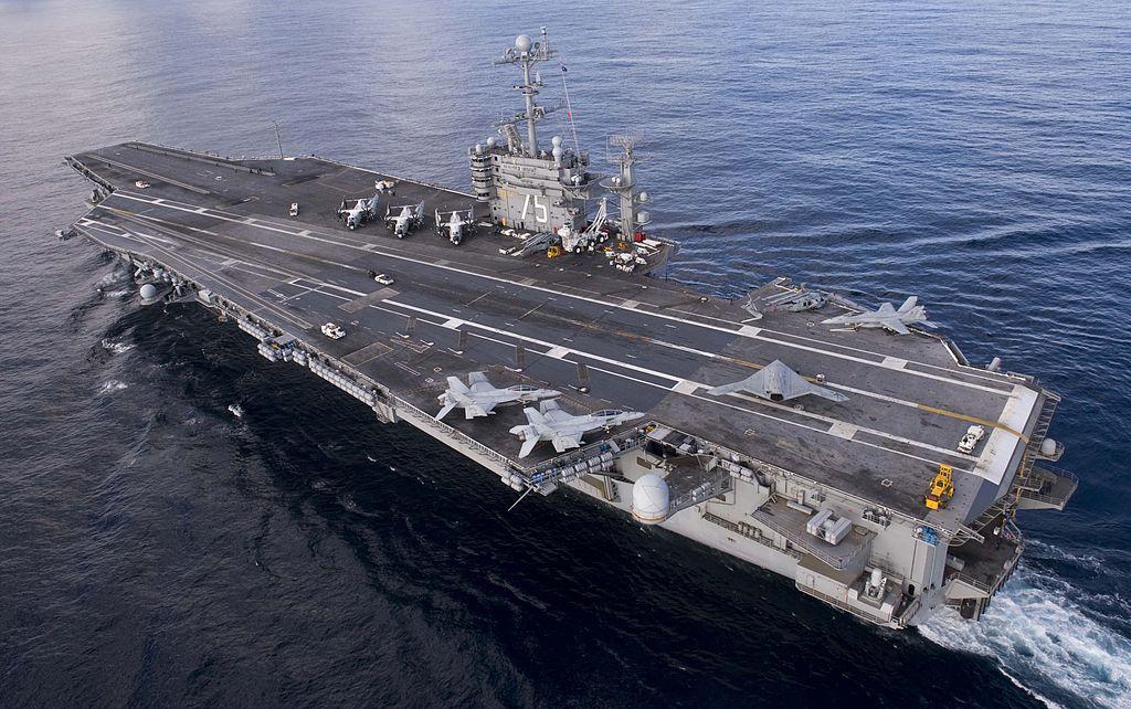 5月3日,由美國航空母艦「杜魯門號」(USS Harry S. Truman)率領的海軍戰鬥群開始繼續執行由美國領導聯軍對抗伊斯蘭國(IS)的任務。(維基百科公有領域)