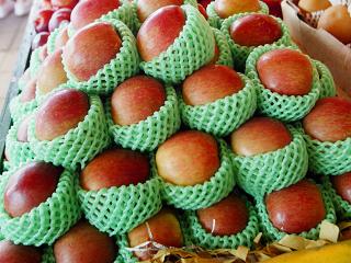中共海關總署發佈警示通報,要求大陸各海關加強對來自美國的蘋果和原木的查驗檢疫。圖為市面上販售的美國蘋果。(中央社)