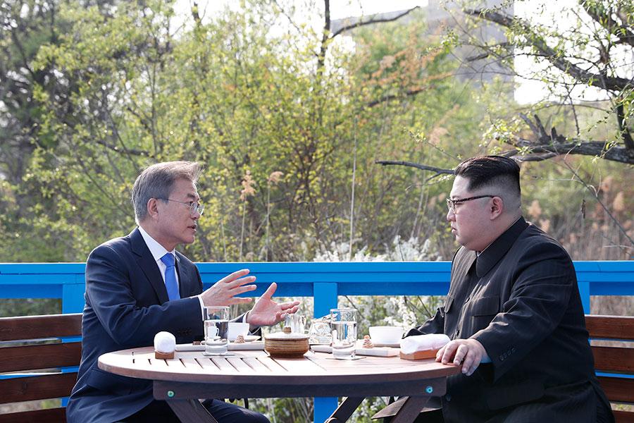 在金正恩秘訪大連會晤習近平之後,中共官媒說,中朝雙方同意,任何北韓的棄核行動都將以「分階段和同步化」的方式進行。但是美國國務卿表示,不接受北韓所希望的階段性棄核方案。(Korea Summit Press Pool/Getty Images)