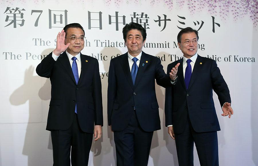 中共總理李克強(左)訪問日本,為中共總理八年來首次。(EUGENE HOSHIKO/AFP/Getty Images)