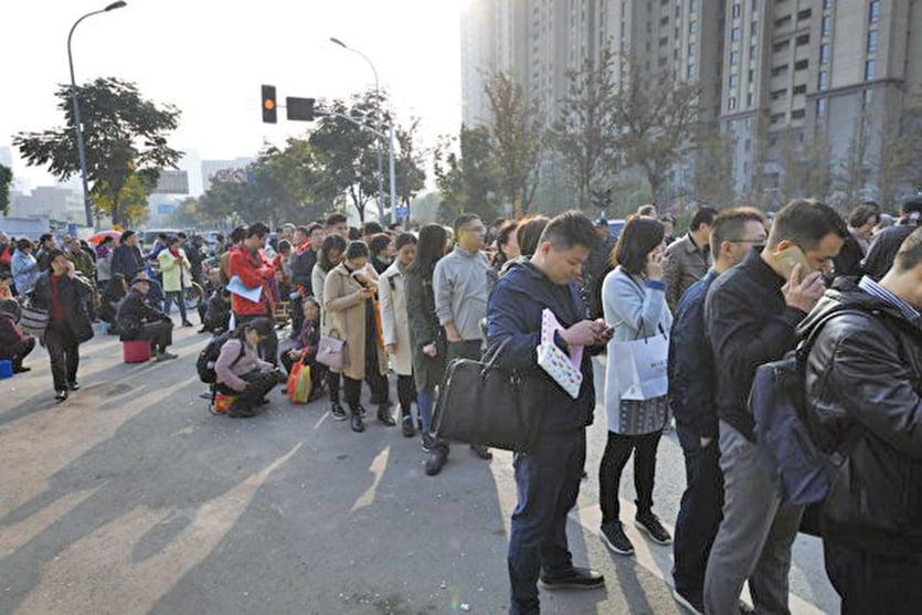 杭州98歲老人抽籤搶房 分析:房市危機已近