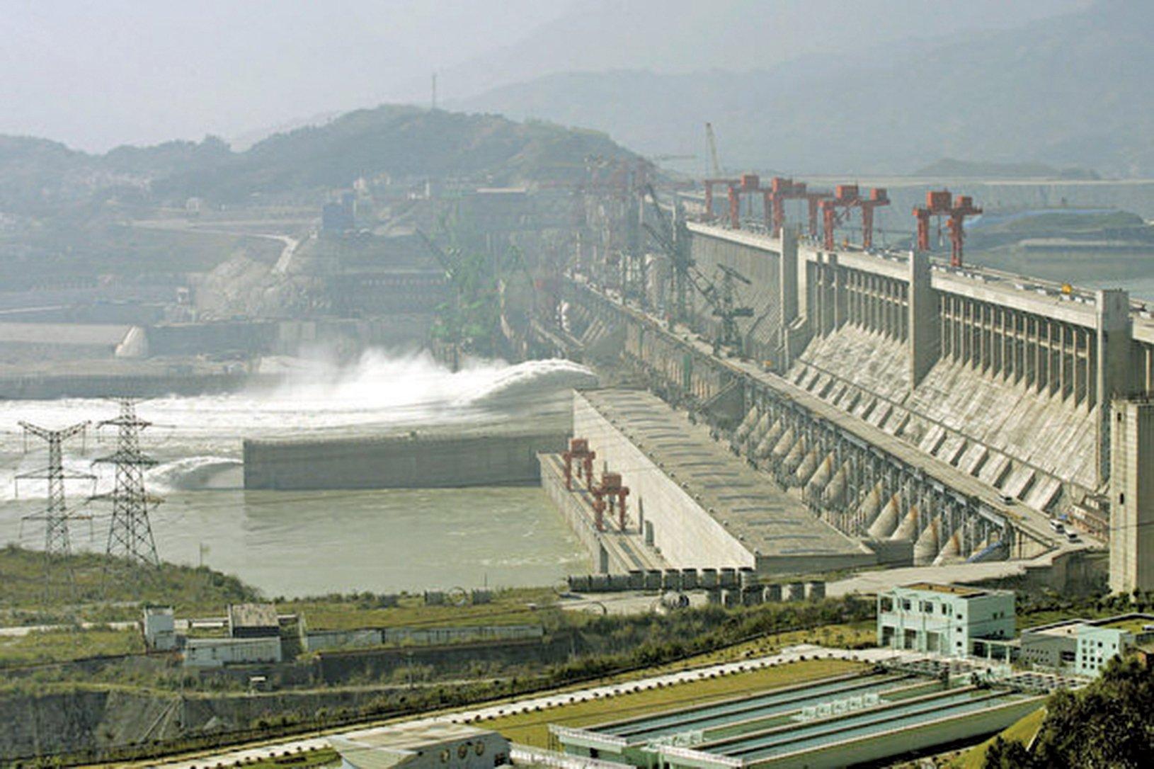三峽工程帶來諸多生態環境問題和社會問題,而水庫大壩只是中共人禍危機中的一個現象。圖為三峽工程在宜昌的大壩。(Getty Images)