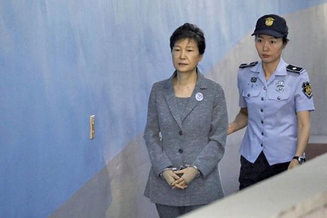 被關押在首爾拘留所的南韓前總統朴槿惠(左),當地時間9日上午,因腰部疼痛再次前往醫院接受治療。圖為資料圖片。(AFP)