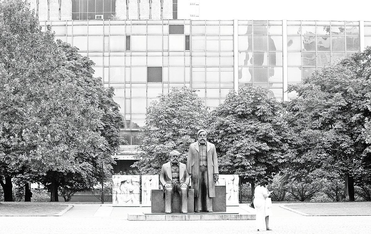德國柏林市中心的馬克思和恩格斯雕像。(Getty Images)