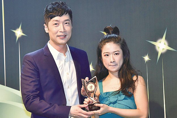 馬浚偉(左)昨日出席灣仔演藝學院「第十屆香港小劇場獎」頒獎禮,為「最佳女主角」得主陳穎璇(右)頒獎。(郭威利/大紀元)
