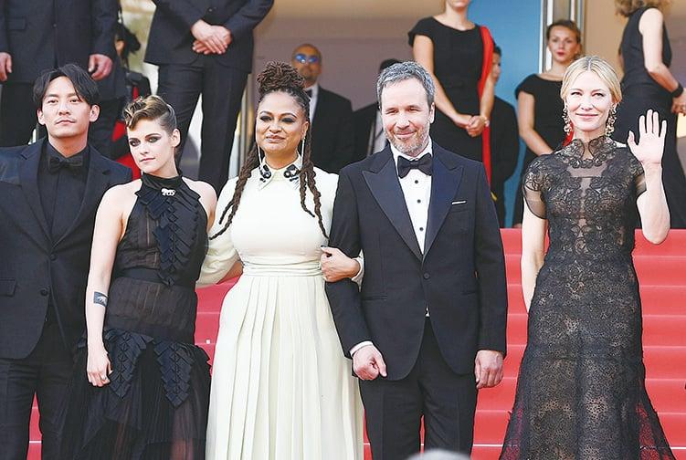 第71屆康城影展評審團(由左至右)張震、姬絲頓史釗域、非裔女導Ava DuVernay、加拿大導演Denis Villeneuve與評審團主席姬蒂白蘭芝。(Pascal Le Segretain/Getty Images)