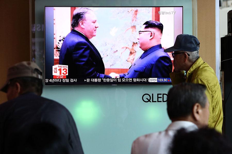 圖為美國國務卿蓬佩奧在今年復活節假期間訪問北韓,與北韓領導人金正恩首次會晤的電視新聞片段。(Chung Sung-Jun/Getty Images)