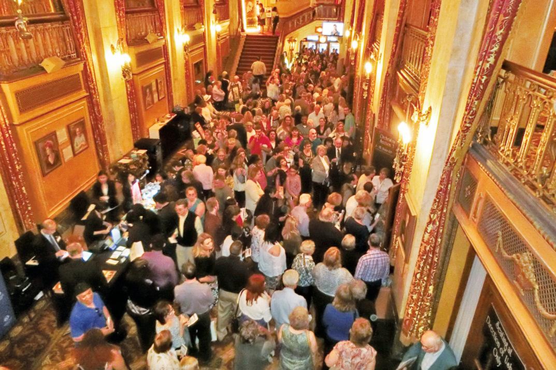 5月9日晚,神韻北美藝術團在水牛城希斯表演藝術中心的首場演出感動中西方觀眾。(滕冬育/大紀元)
