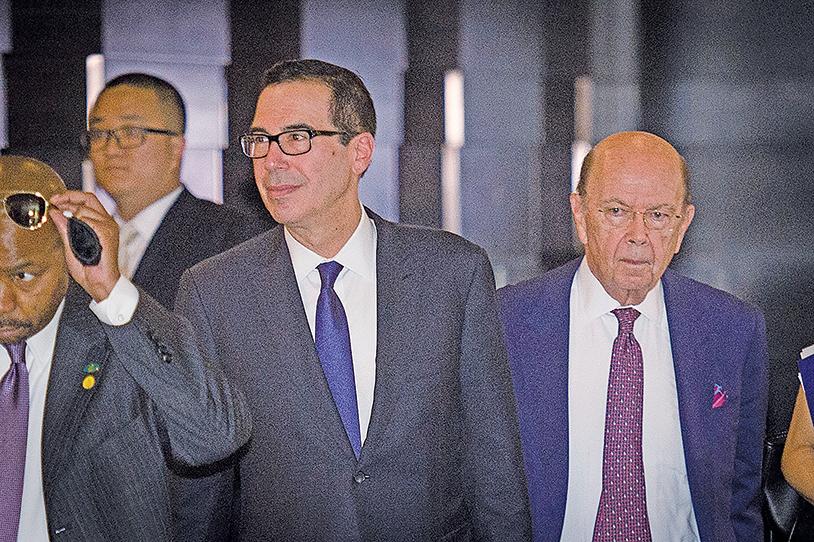 由財政部長姆欽率領的美國代表團赴北京參加第一次中美貿易會談。圖為姆欽(右二)和羅斯(右一)抵達北京。(AFP)
