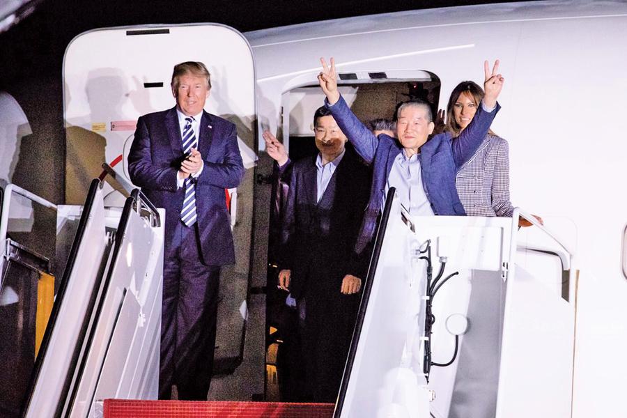 被北韓拘留三名韓裔美國人質返國 特朗普親臨機場迎接