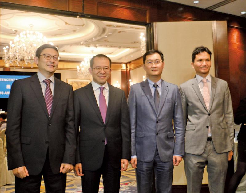 騰訊主席馬化騰(右2)連同管理層出席股東會,表示互聯網金融不能操之過急。(梁珍/大紀元)