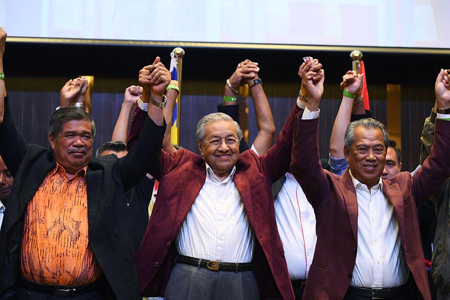 馬來西亞「希望聯盟」在大選中贏得過半議席,該黨92歲領袖、前首相馬哈蒂爾(中)當選新任首相,終結國陣逾60年來的統治。(MANAN VATSYAYANA/AFP/Getty Images)