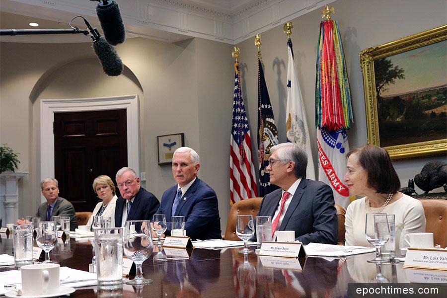 美國副總統彭斯(右三)5月9日下午在白宮敦促委內瑞拉總統馬杜羅立即敞開大門,接受國際援助。(亦平/大紀元)