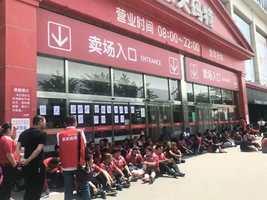 樂天出售賣場 上千員工北京總部維權