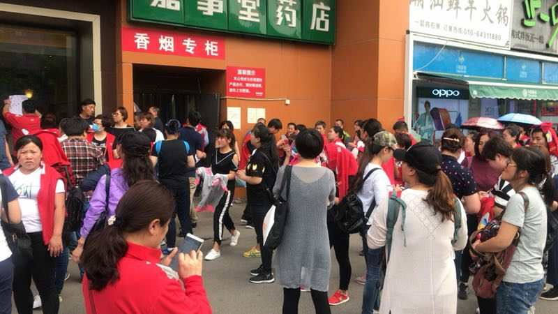 自5月7日,連續三天,位於北京市朝陽區酒仙橋路樂天購物總部門店聚集了上千名來自華北地區的員工維權。(受訪者提供)
