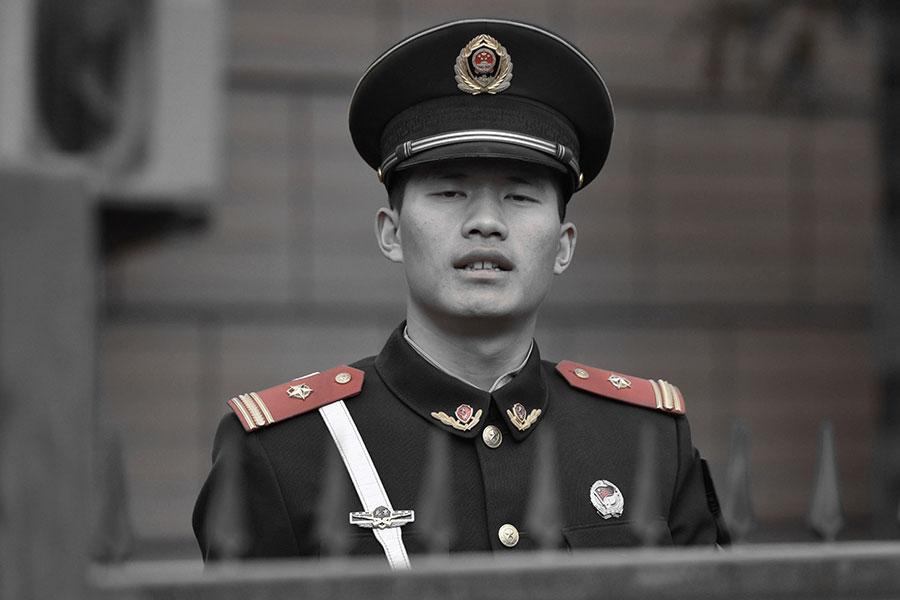 中共自奪權中國的政權以來,一向以輕視自己民眾生命的姿態展示給世界。圖為在北京使館區工作的一名士兵。(GREG BAKER/AFP/Getty Images)