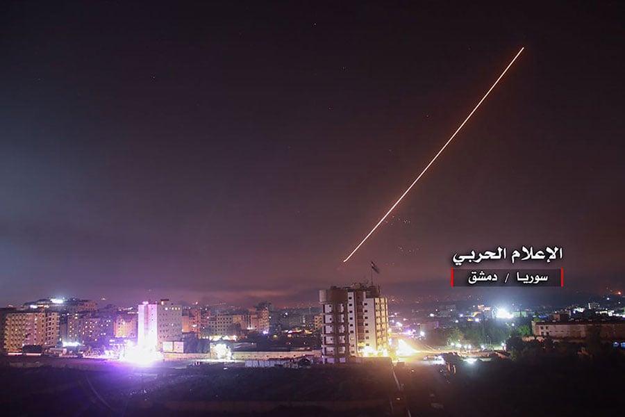 當地時間周四(5月10日)凌晨,以色列軍隊向所有伊朗派駐到敘利亞的軍事設施發動空襲。(AFP PHOTO / CENTRAL WAR MEDIA / Handout / STR)