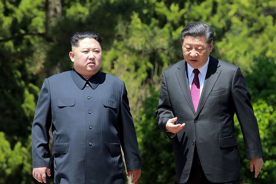 金正恩與習近平在大連會面。(AFP PHOTO/KCNA VIA KNS/KCNA VIA KNS/South Korea OUT/REPUBLIC OF KOREA OUT)