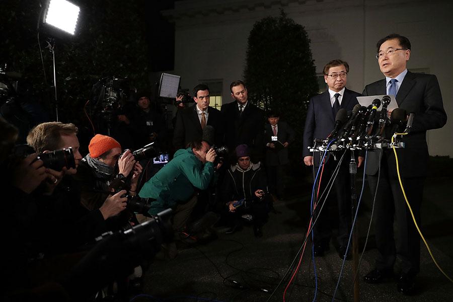 和金正恩會面的南韓官員3月8日在白宮向特朗普總統轉達了金正恩邀請特朗普會談。特朗普接受了邀請。圖為南韓官員在白宮對外宣佈此事。(Chip Somodevilla/Getty Images)