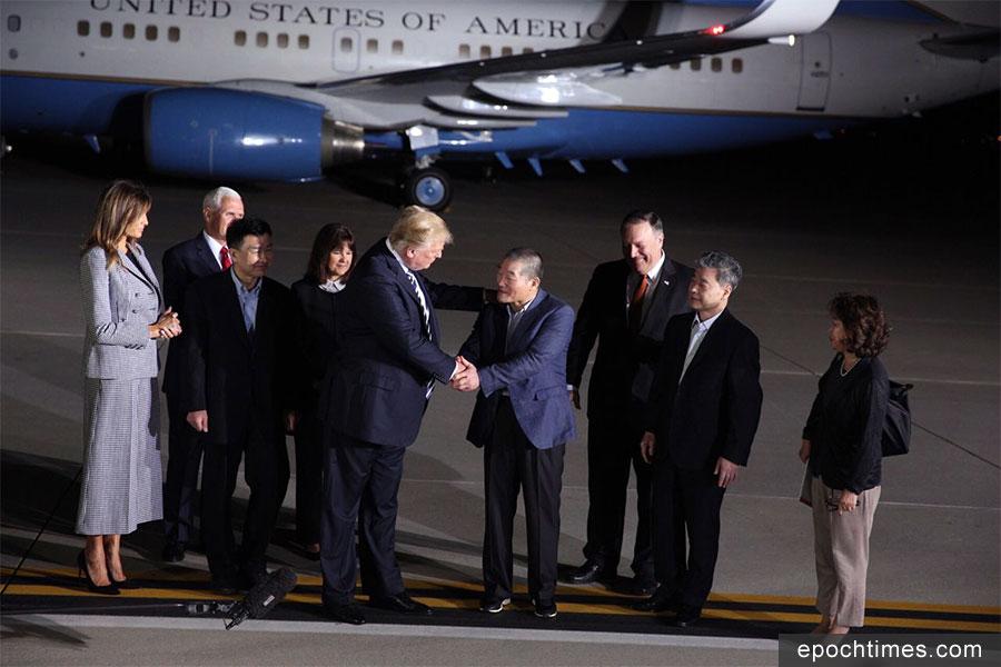 2018年5月10日凌晨2時多,美國總統特朗普和第一夫人梅拉尼婭在安德魯斯空軍基地迎接三名被北韓釋放的美國人質。(Samira Bouaou/大紀元)