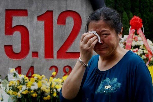 2009年5月11日四川綿陽,地震生還者祭奠遇難的親人。(Getty Images)