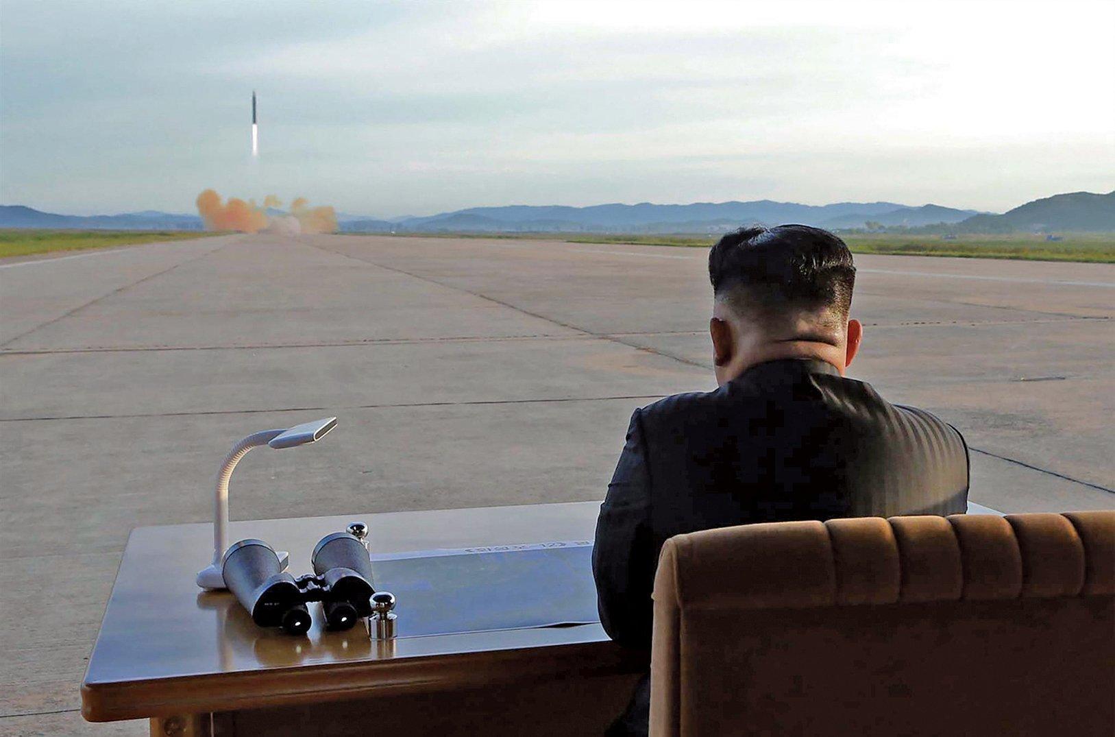韓聯社援引消息稱,美國要求北韓將部份核武和長程導彈運出該國。圖為北韓領導人金正恩於2017年9月15日觀看導彈發射。(AFP)