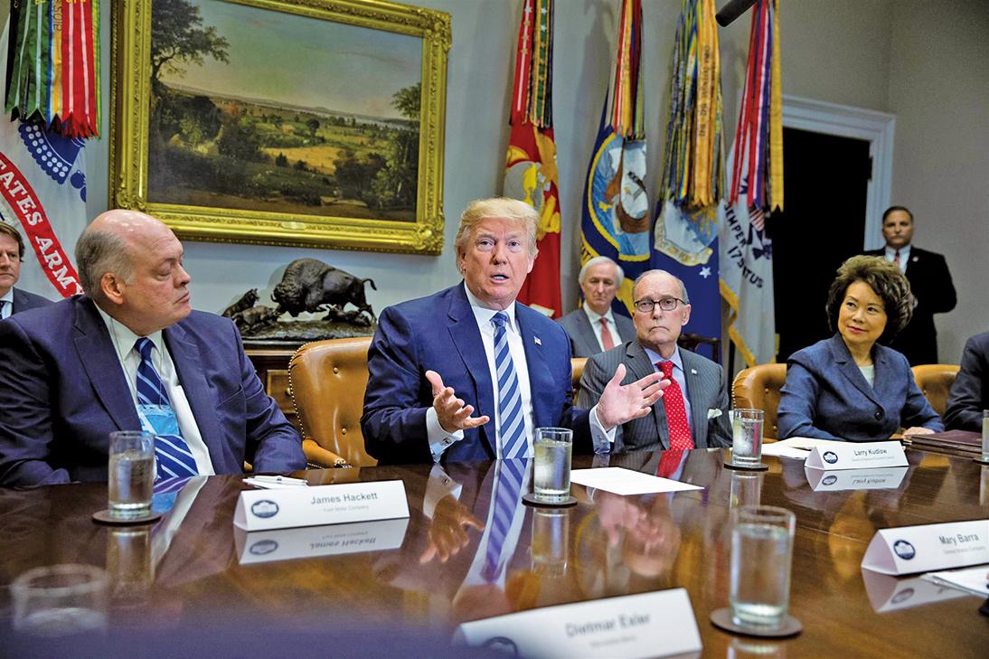 總統特朗普周五(5月11日)開會提議對進口汽車徵收20%關稅。出席會議的有白宮首席經濟顧問庫德 (右一),環保局長普魯特以及交通部長趙小蘭(右二)等。(Getty Images)