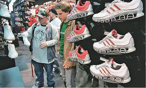 Adidas將繼續把該品牌的球鞋生產基地從中國轉移到越南。(Getty Images)